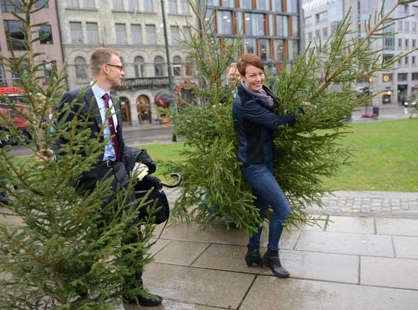 Bildet viser Line Henriette Holten Hjemdal (KrF) og Erik Lahnstein i forbindelse med statsbudsjettet 2015. Foto: Åsmund Lang