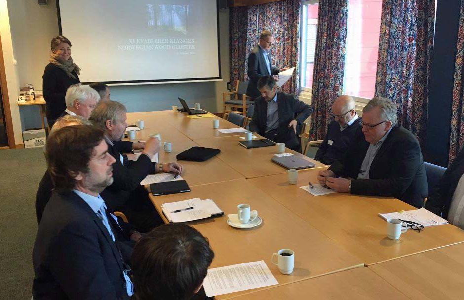 Bedriftslederne i de ni virksomhetene vil være styringsgruppe for Norwegian Wood Cluster. Her fra signeringsmøtet 13.02.17. Foto: Gaute Freng, Ringsaker Blad.