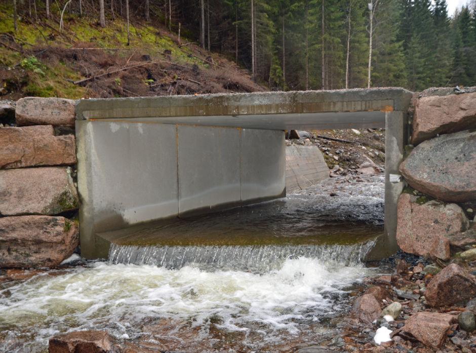 Bygging av vei, særlig i bratt terreng, krever at man finner løsninger som gjør at vannet i størst mulig grad kan følge sine naturlige veier, og bli ledet under eller utenom veien.