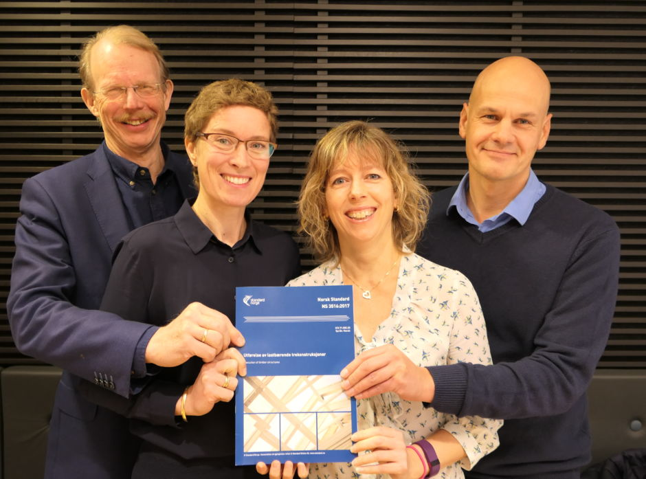 Fra venstre: Frode Østlund, prosjektleder Tronrud Eiendom, Kristine Nore, Norsk treteknisk institutt (og arbeidsgruppeleder), Vivian Meløysund, prosjektleder Standard Norge og Harald Liven, prosjektleder Moelven limtre. Alle var med i arbeidet med NS3516.