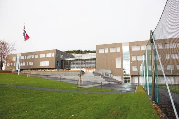 Massivtre er brukt som byggemateriale både utvendig og i innredninger på nye Romsdal vgs.