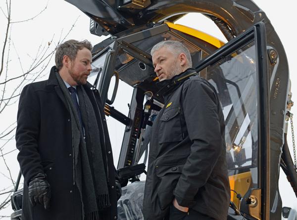 Næringsminister Torbjørn Røe Isaksen fikk prøve seg i førerhuset på en skogsmaskin fra Ponsse. Her sammen med administrerende direktør Sigurd Skotte i Ponsse.