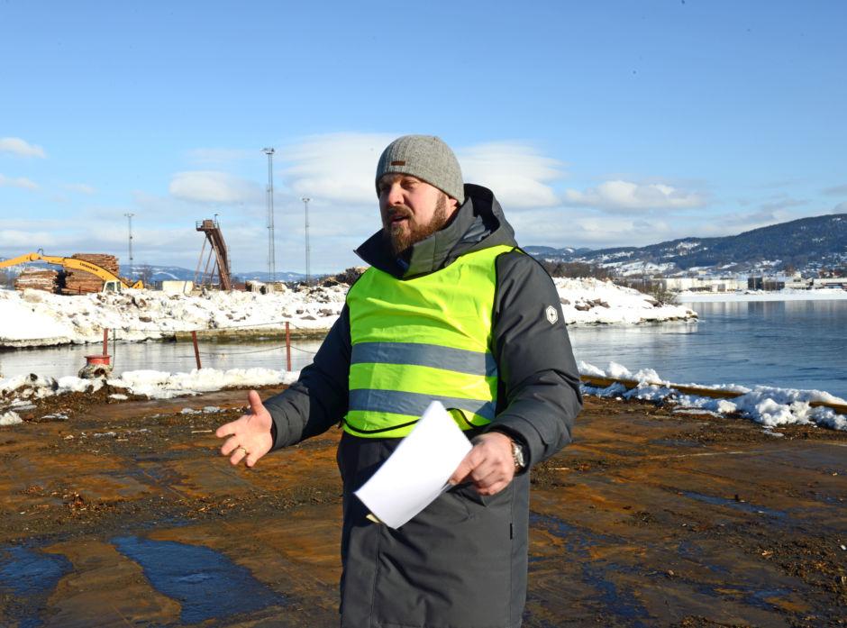 Styreleder Stig Hellerud i Drammensregionens Virkesterminal AS viser rundt på dagens tømmerkai på Lierstanda.