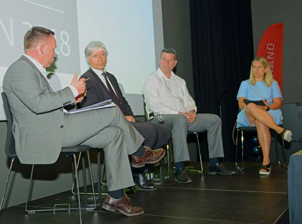 Olav A. Veum, Ola Elvestuen og Hans Christian Gabrielsen i debatt på Skog og Tre. Ordstyrer er Hannah Gitmark.