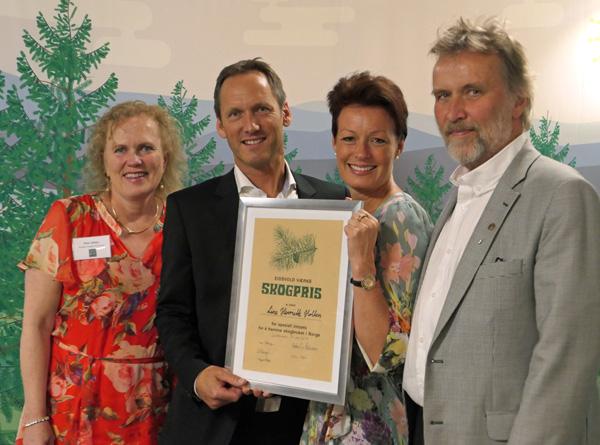 Line Henriette Holten (med plakaten), sammen med representanter fra juryen, f.v.: Ellen Alfsen, Trygve Enger og Ivar Ekanger.