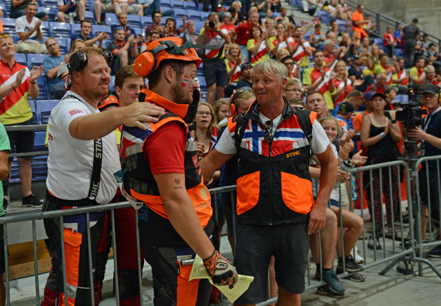 Her har Ole Harald akkurat fått beskjed om at gullet glapp under VM på hjemmebane. Han blir trøstet av lagkamerat Øystein Koht-Nordbye og lagleder Tom Vidar Hoel.
