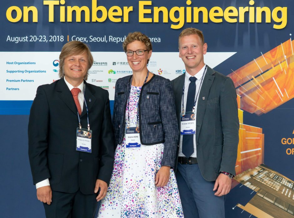 Anders Q. Nyrud ved NMBU (fra v), Kristine Nore i Splikon og Krister Moen i Innovasjon Norge er i Seoul i Sør-Korea for å konkurrere om Oslo vertskapsby til verdens største konferansen for ingeniørkunst i tre. Foto: Knut Werner Lindeberg Alsén