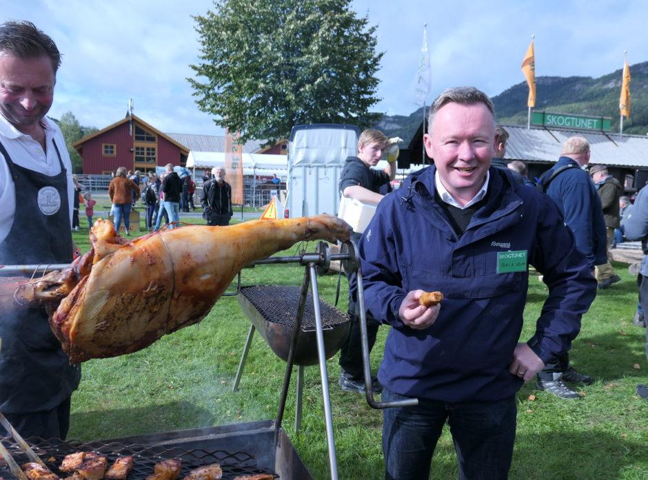 Styreleder i AT Skog og Norges Skogerierforbund inviterte alle til å smake grillet grisekjøtt. Grisene hadde blitt fôret opp på det nye proteinet fra grantømmer. En verdensnyhet, intet mindre.
