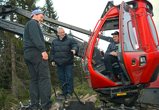 Skogministeren, Bård Hoksrud (midten)  fikk være med i en hogstmaskin og oppleve moderne skogsdrift. Her diskuterer han med de to skogsmaskinopreatørene og brødrene Jon Ola (t.v.) og Tor Emil Engebretsen.