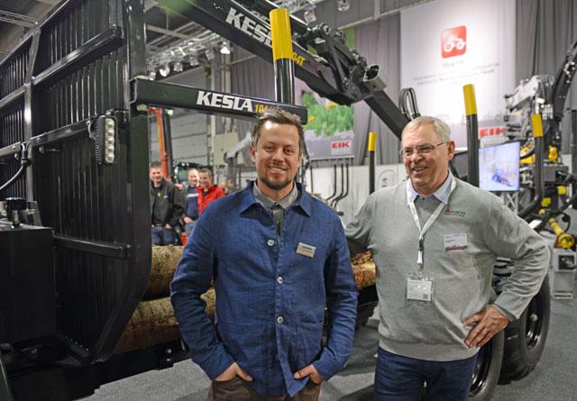 Tor Jon Garberg og Øyvind Schulstadsveen er fornøyd med at Kesla skogsvogner nå skal selges gjennom Eikmaskin og Valtras salgsnettverk i Norge. På bildet står de foran en Kesla 104, som er en 9-tonns tømmervogn.