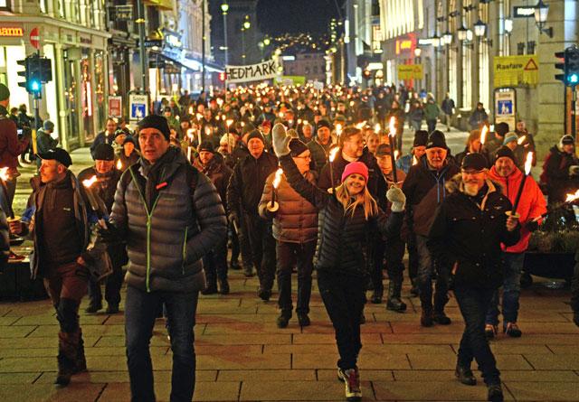 Minst 10 000 gikk i fakkeltog mot regjeringens rovdyrpolitikk tirsdag 8. januar 2019.