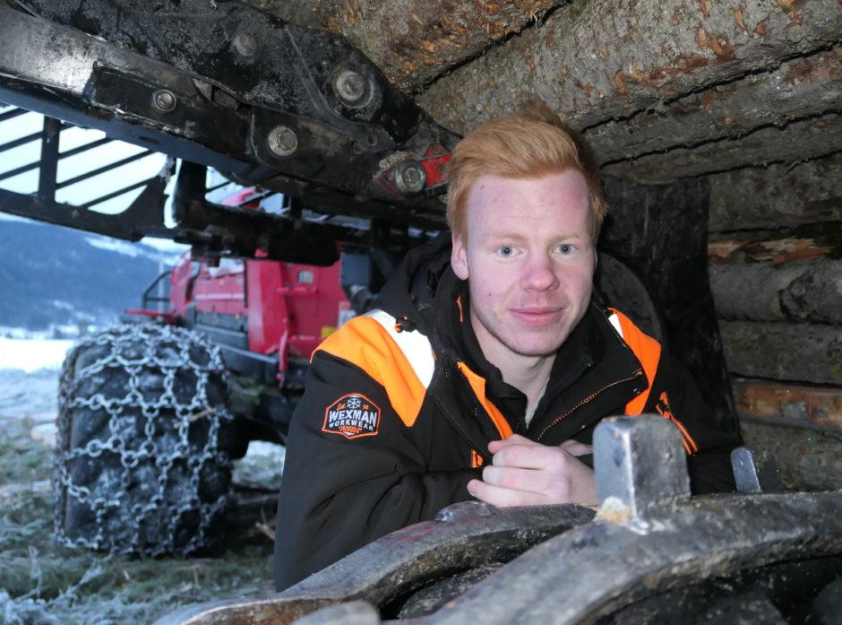 Marius Ormsund er ikke i tvil om at det er bra å jobbe i skogen. Her er det frihet under ansvar.