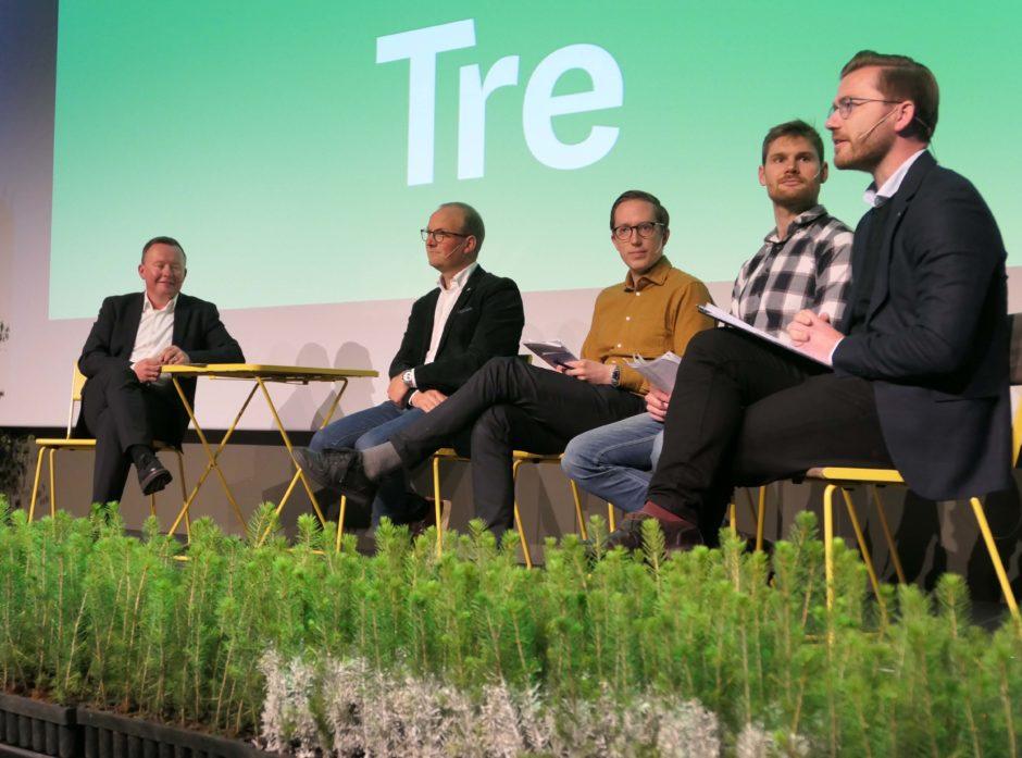 Olav Veum (styreleder i Norges Skogeierforbund) ledet paneldebatten med Ole Andre Myrvold, Kristian Tonning Riise, Nils Kristen Sandtrøen og Sveinung Rotevatn. Foto: Roar Ree Kirkevold.