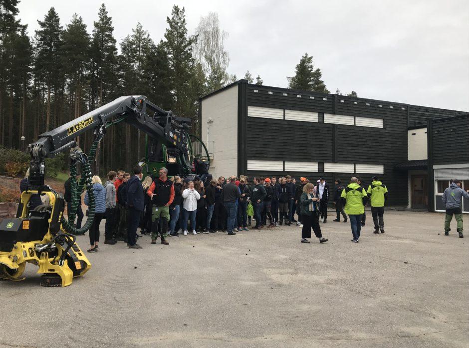 Hogstmaksinen til over fire millioner kroner er overrakt skoglinjen ved Solør videregående. Foto: Tom Vegard Solberg