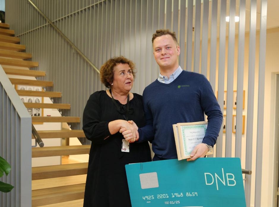 Oalug Bollestad overreker prisen for beste masteroppgave til Svein Harald Skjerstad.