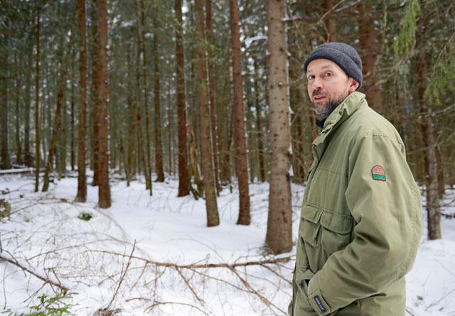 Anders Løvig vil ha råd om hvordan han i framtiden kan bygge opp en mindre ensartet skog. – Jeg vil gjerne ha en skog som er flersjiktet med tanke på alder, tetthet og ulike treslag, sier han.