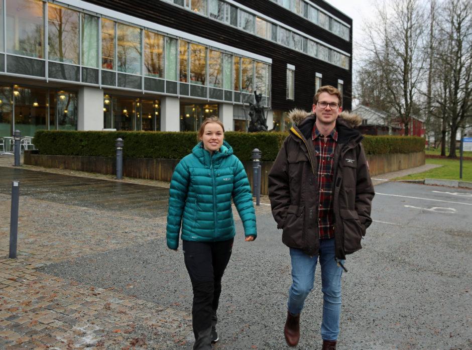 Elisabeth Anderheim Hansen og Even Vereide foran Sørhellinga som er skogfagsstudentenes base på NMBU ÅS.