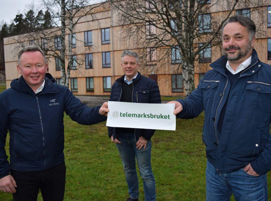 Fra v. styreleder Olav A. Veum i AT Skog, divisjonssjef Moelven Timber, Anders Lindh, og adm.dir. i AT Skog, Anders R. Øynes med Telemarkbrukets nye logo