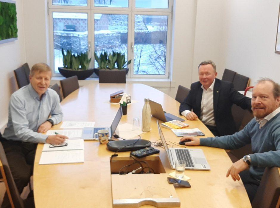 Per Skorge, Olav Veum og Christian Anton Smedshaug utfordret politikerne på hvordan vi skal få opp ny fastlandsindustri i Norge.