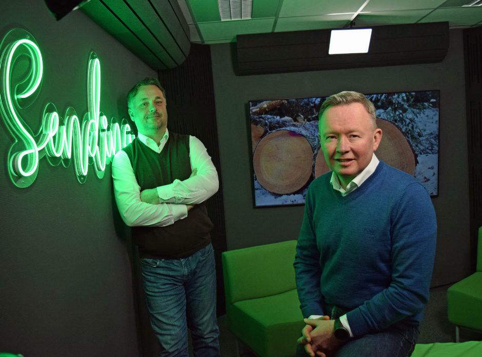 Administerende direktør Anders Øynes og styreleder Olav Veum i AT Skogs studio i forbindelse med presentasjonen av årsberetningen for 2020.