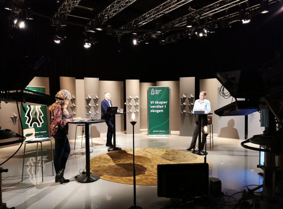 Årsmøtet i Glommen Mjøsen Skog for 2020 ble digitalt sendt fra et TV-studio i Hamar. Til venstre ordfører Ellen Fauske Bleness, administrerende direktør Gudmund Nortun og styreleder Heidi Hemstad under sending. Foto: Silje Ludvigsen.